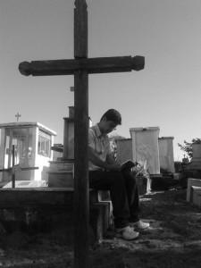 Estudante durante atividade de campo em cemitério (Foto: acervo do pesquisador)