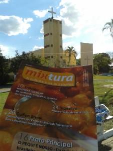 """Revista impressa """"Mixtura"""". Ao fundo, Paróquia Nossa Senhora Auxiliadora, a igreja matriz de Alto Araguaia (Foto: Acervo do pesquisador)"""