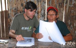 Chris Herndon e o xamã Arturo observam um rascunho da nova enciclopédia. Foto: Acaté